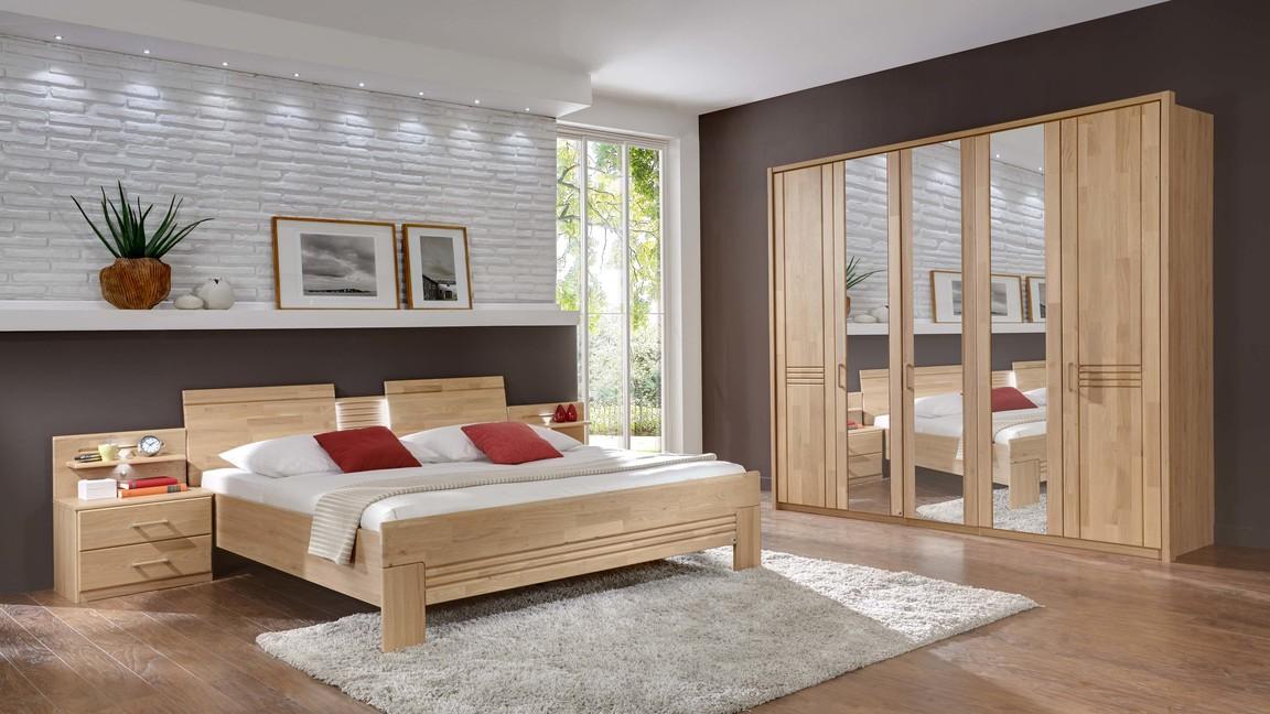 Schlafzimmer mit Kleiderschrank und Doppelbett