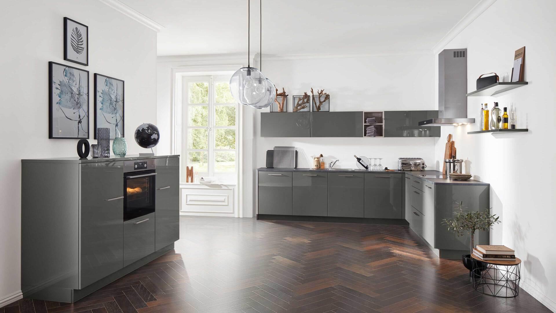Interliving Küche Serie 3007 mit AEG Einbaugeräten